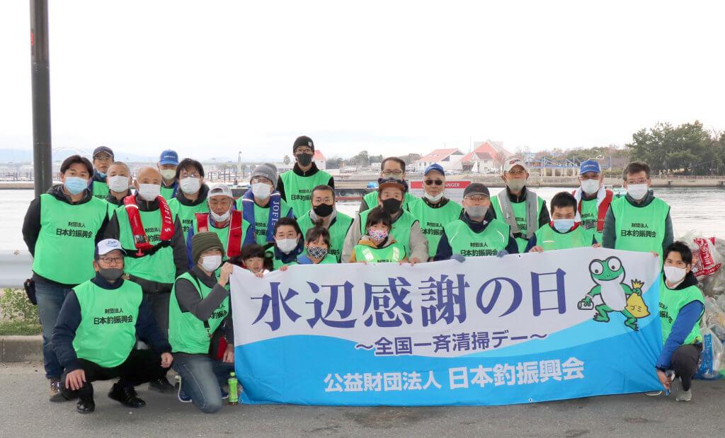 大阪北港舞洲の常吉大橋周辺で清掃活動を行なったスタッフ
