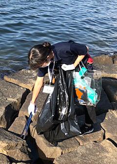 水辺の清掃を行なうフィッシングマックスのスタッフ