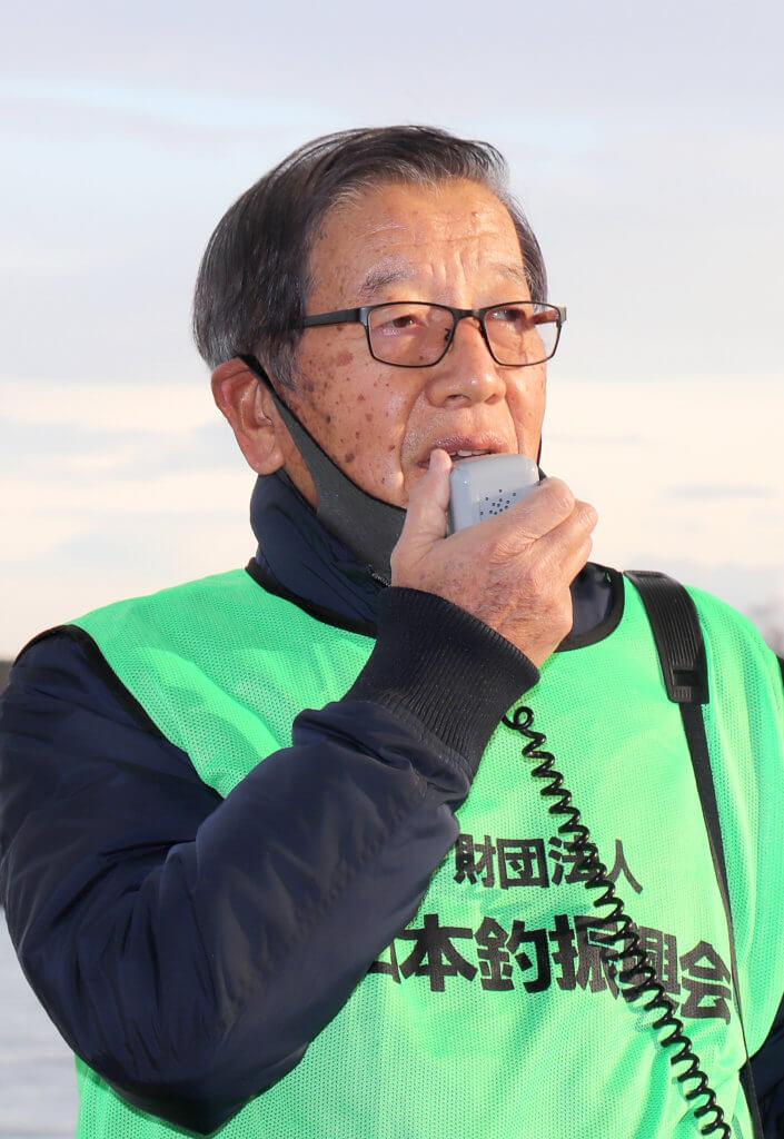 挨拶する日本釣振興会大阪府支部の魚矢副理事長