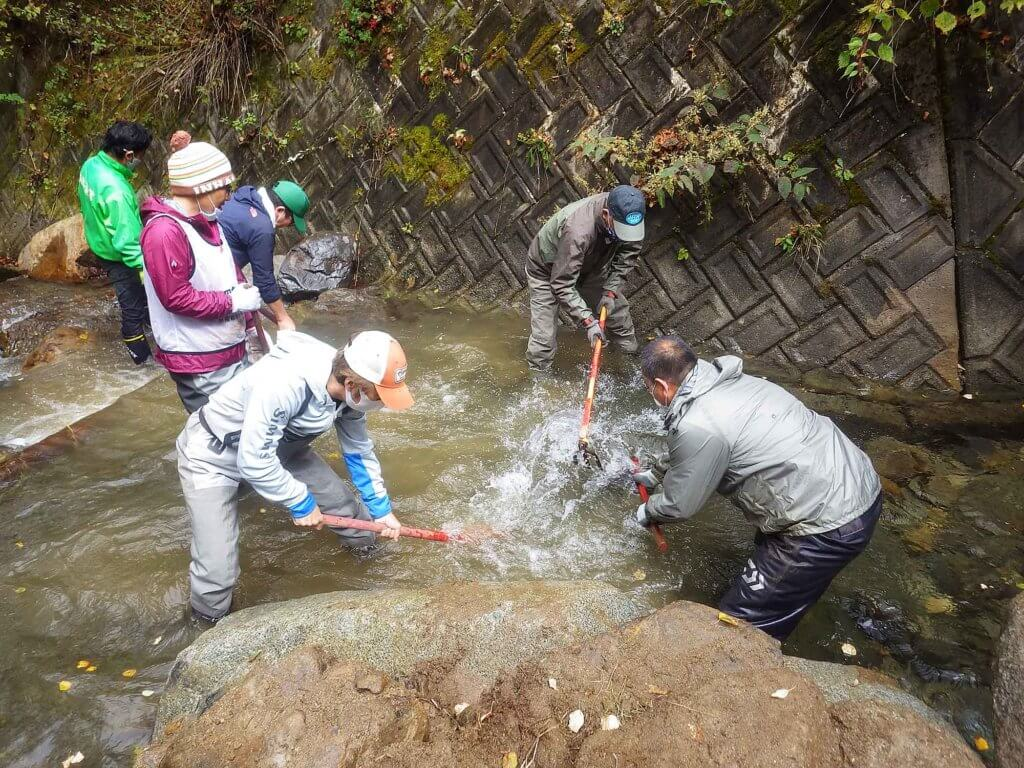 渓流魚の人工産卵床造成の様子