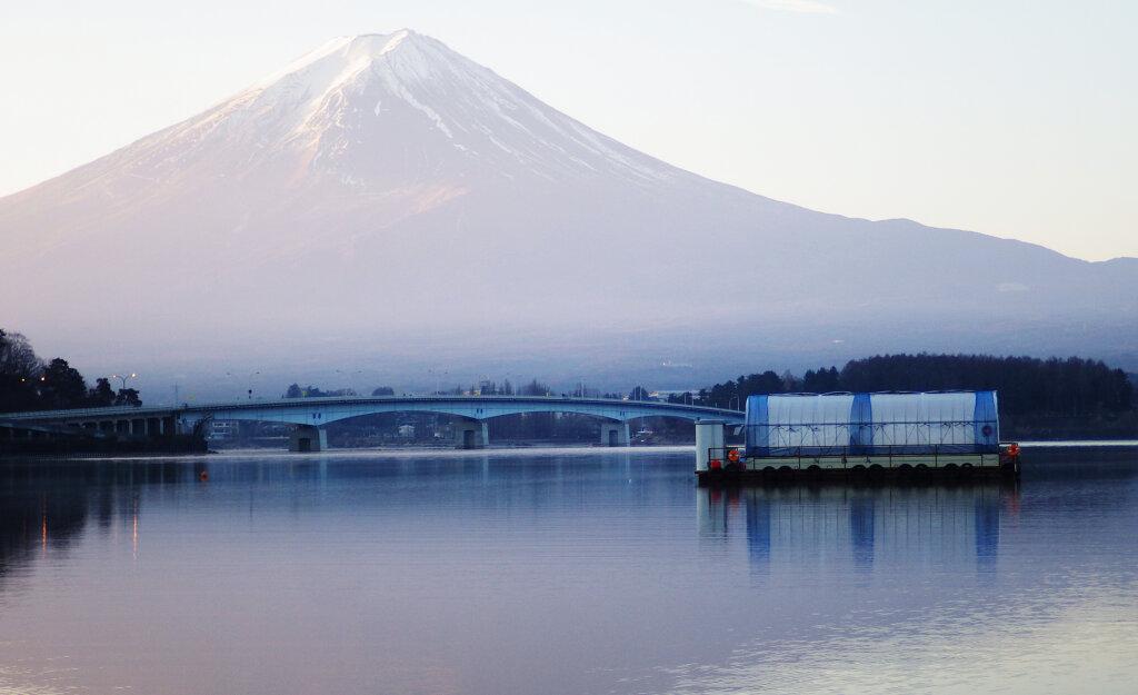 富士山を眺めながら釣りが出来る河口湖