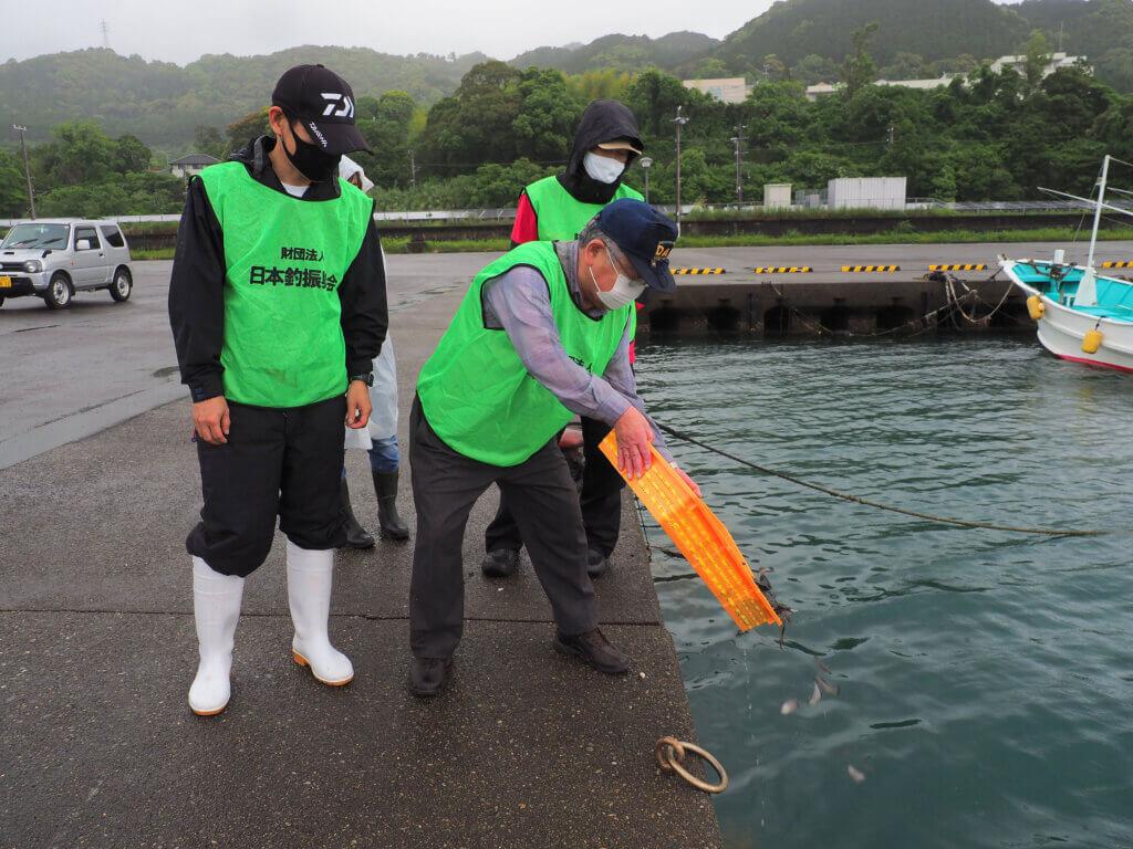 日本釣振興会和歌山県支部の稚魚放流の様子