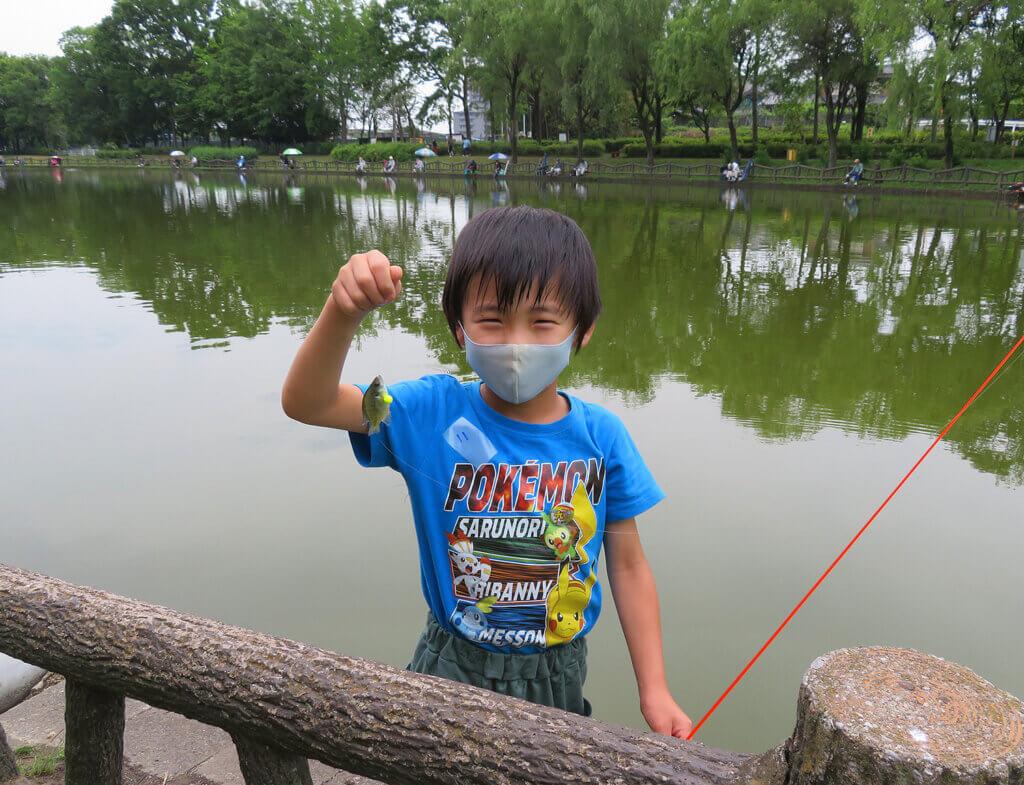 はじめての子供釣り教室で魚を釣った子供