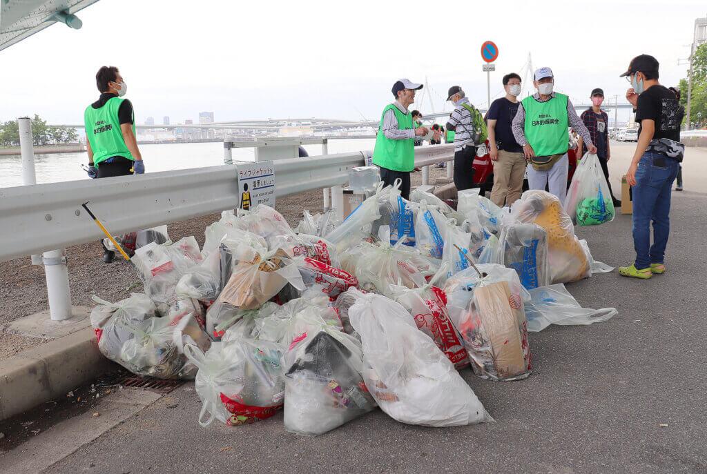 常吉大橋周辺の清掃の様子