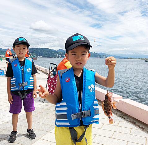 清水港日の出ふ頭で行われた釣り体験教室の様子