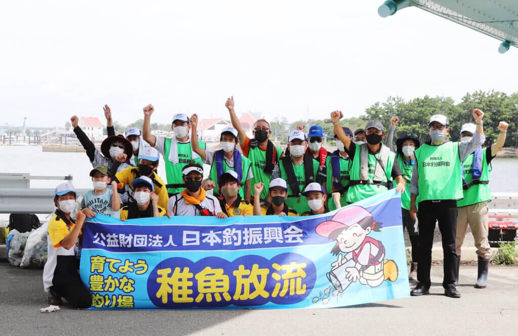 大阪湾稚魚放流の集合写真